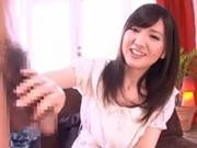 「「チンポを大きくしてもらえますか?」恥じらいながらも手コキを始める美少女」のキャプチャー画像