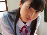 「黒髪ロリ少女が教室で制服をゆっくりと脱いでゆくエロス」のキャプチャー画像